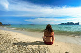 Žena na tropické pláži — Stock fotografie