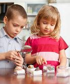子供の石の虫眼鏡コレクションを検討しています。 — ストック写真