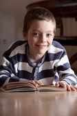 Livro de menino reeding — Foto Stock