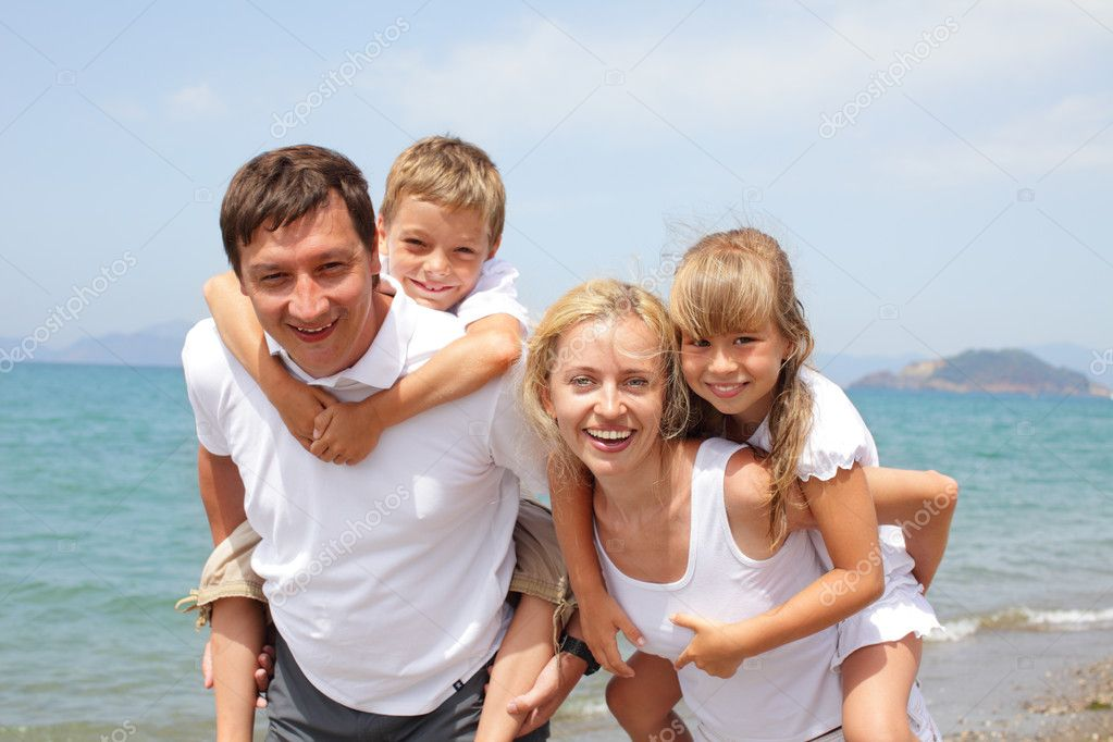 Happy family on the beach — Stock Photo #5987035
