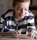Pojke reeding bok — Stockfoto