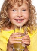 Criança com um copo de água — Foto Stock