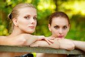 Dvě krásné dívky o zábradlí — Stock fotografie