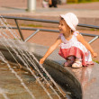 Girl about fountain - 图库照片