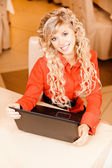 Woman-student works on black laptop — Stockfoto