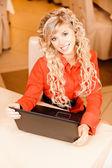 Woman-student works on black laptop — Stock Photo