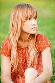 Portret van charmante blonde meisje — Stockfoto