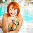 Foto Stock: Smiling woman in bikini sunbathes