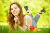 Dziewczyna leżąc na trawie — Zdjęcie stockowe