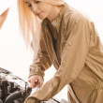Car mechanician repairs engine — Stock Photo
