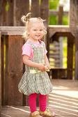 Klein meisje in het park — Stockfoto
