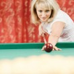 Woman plays billiards — Stock Photo
