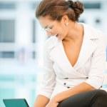Businesswoman works on laptop — Stock Photo