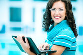 Business woman works on laptop — Stock Photo