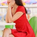 kadın Café küçük masada oturur. — Stok fotoğraf