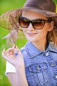 Portrét mladé ženy v sluneční brýle — Stock fotografie