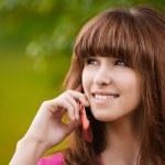 Ritratto di giovane donna con cellulare — Foto Stock