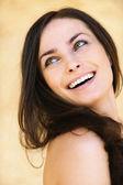 Ritratto di giovane donna attraente allegra — Foto Stock