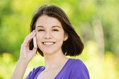 Ritratto di giovane donna sorridente, parlando a telefono — Foto Stock