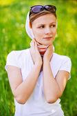 Porträtt av ung kvinna som bär sjal — Stockfoto