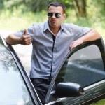 молодой человек, стоя возле автомобиля — Стоковое фото