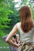 Jeune photographe prend des photos de femme — Photo