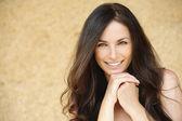 Porträt des schönen lächelnde junge frau — Stockfoto