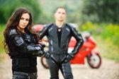 Dos jóvenes contra moto rojo — Foto de Stock
