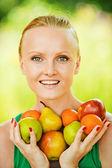 Retrato de mulher bonita com frutas — Foto Stock