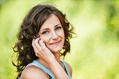 красивая женщина, выступая на мобильном телефоне — Стоковое фото