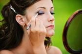 Junge Frau, die ihre Augenlider färben — Stockfoto