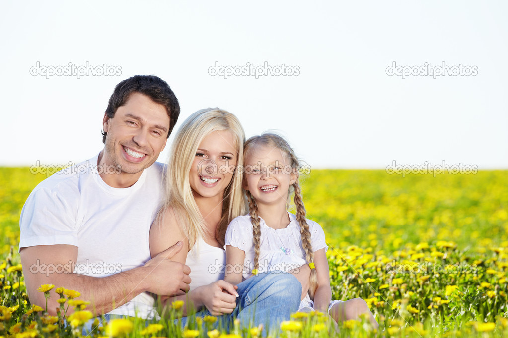 Happy young family in the field — Stock Photo #5950083