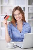 Mulher com cartão cretit — Foto Stock