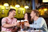 Bir bira ile genç — Stok fotoğraf