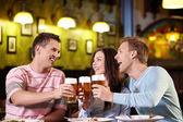 Unga med en öl — Stockfoto