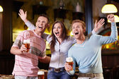 Young are expressing in the pub — Stockfoto