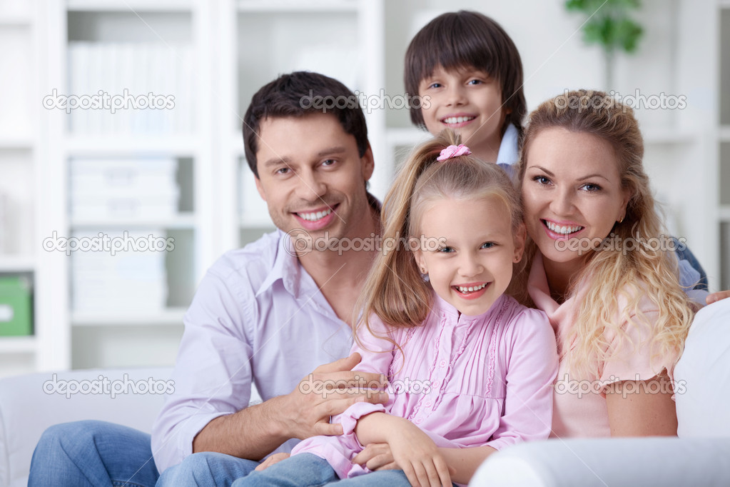 Happy family with children at home — Stock Photo #6370779