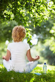 A woman practices yoga — Stock Photo