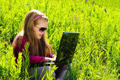 маленькая девочка с ноутбуком — Стоковое фото