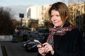 Frau verwendet ein mobiltelefon — Stockfoto