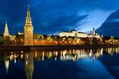 Věž kreml a moskva řeka — Stock fotografie