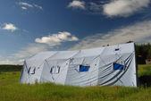 Grote tent in de weide — Stockfoto