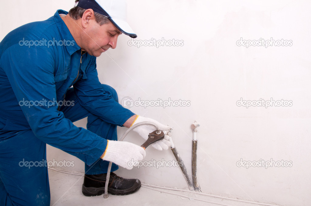 Plumber fixing water pipe — Stock Photo #5604176