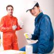 trabajadores de la construcción en el trabajo, preparación para pintar — Foto de Stock