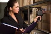Bolsa de mujer de negocios contando en almacén — Foto de Stock