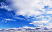 Bewolkt blauwe hemel — Stockfoto