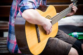 Musician playing guitar on city street — Stock Photo