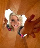 Frau, die ich auf papiertüte — Stockfoto