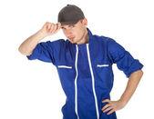 Jonge man in blauwe overall — Stockfoto