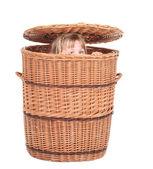 Bambina nel contenitore di vimini — Foto Stock